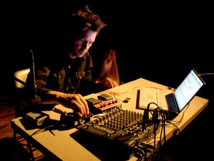 Steve Bates at (2009-05-28) PLAY 2: intensité électrique, échanges bruitistes et liberté totale